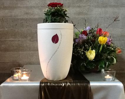 Trauerfeier mit Keramikurne